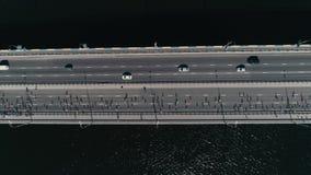 fooage aéreo do zangão 4K Maratona que corre na ponte Opinião superior disparada do movimento zorra horizontal filme