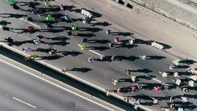 fooage aéreo do zangão 4K Maratona que corre na rua A câmera gerencie Vista superior video estoque