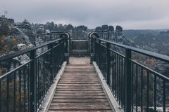 Foodbridge στα βουνά το φθινόπωρο κατά την άποψη προοπτικής στοκ φωτογραφία με δικαίωμα ελεύθερης χρήσης