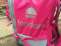 Foodora rosa leveransryggsäck Royaltyfri Bild