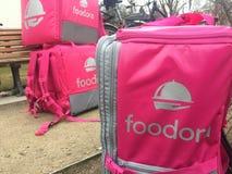 Foodora-Rosa-Lieferungsrucksack Stockfoto