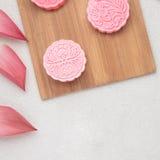 Foods för festival för höst för Retro tappningstil kinesiska mitt- Traditionella mooncakes på tabellinställning Royaltyfri Bild