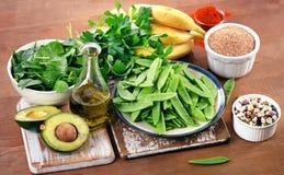 Foods högt i vitamin K på ett träbräde äta som är sunt arkivbild