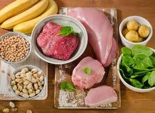 Foods högt i vitaminet B6 på träbräde royaltyfri fotografi