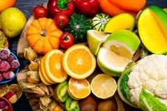 Foods som är höga i äta för bakgrund för vitamin C sunt arkivbilder