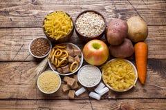 Foods som är höga i kolhydrat på lantlig träbakgrund fotografering för bildbyråer