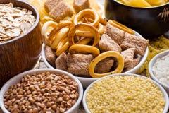 Foods som är höga i kolhydrat på lantlig träbakgrund royaltyfria bilder