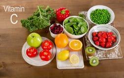Foods som är höga i vitamin C äta som är sunt Fotografering för Bildbyråer