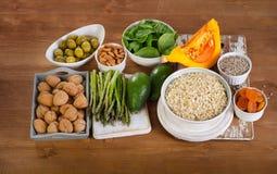 Foods som är höga i vitamin E på träbräde royaltyfri foto