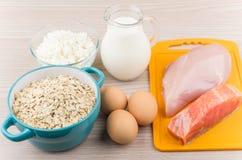 Foods som är rika i protein och kolhydrater på tabellen Royaltyfri Fotografi
