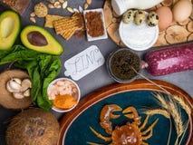 Foods Wysocy w cynku gdy ryba, garnele, wo?owina, ser, szpinak, kakao, dyniowi ziarna, krab, czarny kawior, czosnek, koks, mleko, obrazy stock