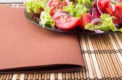 Foodstyle背景一块板材的特写镜头视图用新鲜的沙拉 免版税库存照片