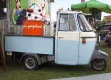 Foodtruck di Vespacar che vende yogurt congelato Immagine Stock