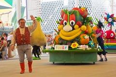 Foody, mascotte экспо 2015, на параде Стоковое Изображение