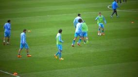 Foootball-Team während des Trainings stock video footage