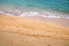 Fooprints i sand med havet Royaltyfri Bild