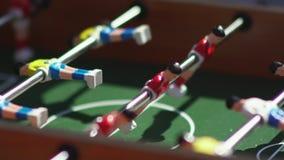 foosball Αόρατο παίζοντας επιτραπέζιο ποδόσφαιρο Άγνωστο παιχνίδι foosball απόθεμα βίντεο