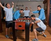 Foosball bringt den Konkurrenten in jeder heraus Lizenzfreie Stockfotos
