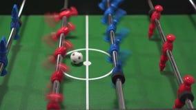 Foosball som är bekant som spelare för fotboll för tabell blåa och röda, i fotbollkickerlek stock video