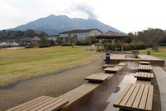 Foot spa στην Ιαπωνία μπροστά από το ενεργό ηφαίστειο στοκ εικόνα
