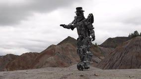 Ρομπότ που περπατά σε ένα τοπίο ερήμων footage Αρρενωπό ρομπότ στην έρημο βουνών στο νεφελώδη καιρό φιλμ μικρού μήκους