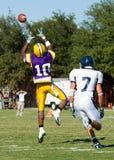 Football américain joué par de jeunes hommes Photographie stock libre de droits