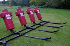 Football americano che affronta i manichini in un campo che aspetta il PR fotografia stock