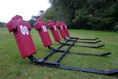 Football americano che affronta i manichini in un campo che aspetta il PR Immagini Stock