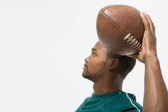 Football americano di lancio dell'uomo fotografie stock