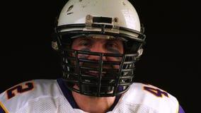Football americano Il giocatore di football americano parla emozionalmente nella macchina fotografica Molte emozioni Primo piano  stock footage