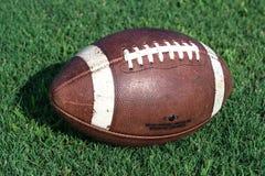 Football americano lateralmente su erba fotografia stock libera da diritti