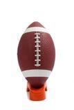 Football americano su un T di respinta Fotografie Stock
