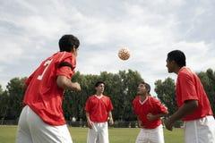 Footballers som Heading klumpa ihop sig Arkivfoto