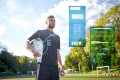 Footballeur avec la boule sur le terrain de football Photographie stock