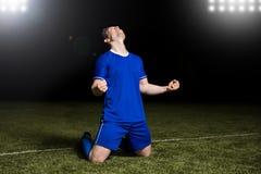 Footballeur célébrant sa victoire photo libre de droits