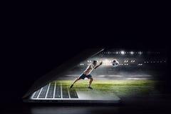 Footballeur dans l'action Media mélangé photo libre de droits