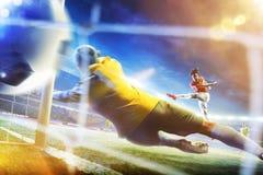 Footballeur dans l'action sur l'arène grande du football Photo stock