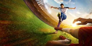 Footballeur dans vue d'oeil de poissons d'action la première photographie stock