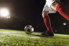 Footballeur faisant un coup-de-pied faisant le coin photos stock