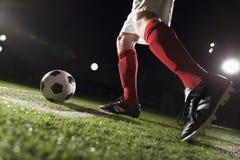 Footballeur faisant un coup-de-pied faisant le coin images libres de droits