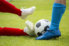 Footballeur frappant la boule photos stock