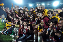 Footballeurs célébrant avec la cuvette d'or Photographie stock