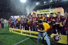 Footballeurs célébrant avec le champagne Images stock