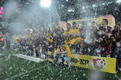 Footballeurs célébrant avec le champagne Photos stock