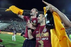 Footballeurs célébrant avec le champagne Images libres de droits