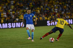 Footballeurs Daniel Alves 2 et Walter Ayovi pendant le Copa Ameri Image stock