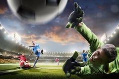 Footballeurs dans l'action sur le panorama de fond de stade de coucher du soleil Image libre de droits