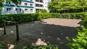 Footballground para los jóvenes en frint de un edificio del residentail imagen de archivo libre de regalías