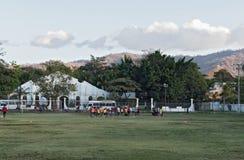 Footballingsjongeren op het voetbalgebied van Playas DE Coco op de Vreedzame kust van Costa Rica stock foto