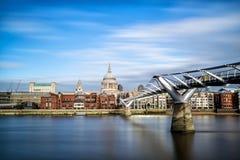 与圣保罗的大教堂和千年Footbridg的伦敦地平线 图库摄影
